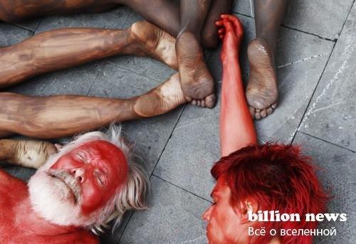 В Памплоне из голых людских тел выложили быка (11 фото)