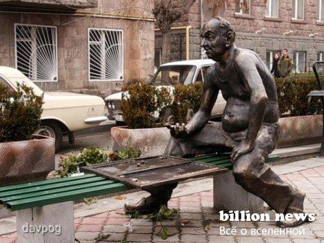 Интересные скульптурные композиции. Скамейки.
