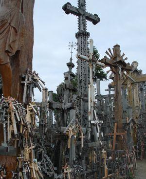 Удивительный холм крестов (4 фото)