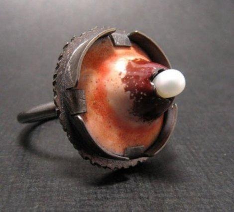 Ювелирное кольцо в виде прыща (3 фото)