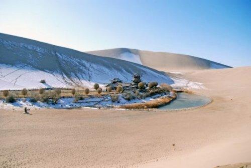 Озеро - оазис Юэяцюань (15 фото)