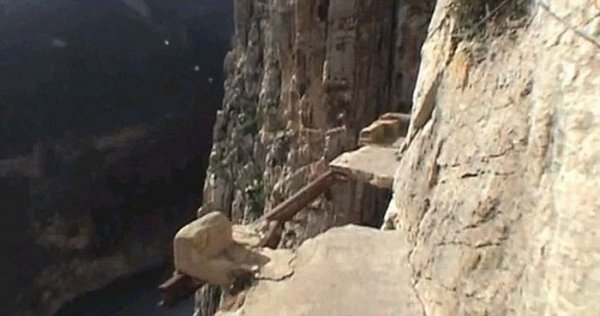 Самая опасная пешеходная тропа (6 фото + видео)