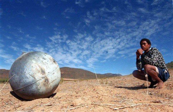 Загадка небесных металлических шаров (3 фото)