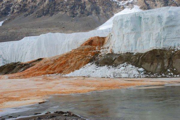 Красный водопад в Антарктиде (9 фото)