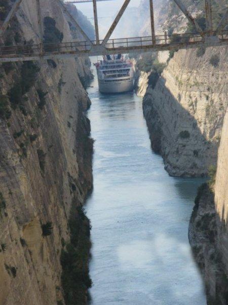 Коринфский канал в Греции (13 фото)