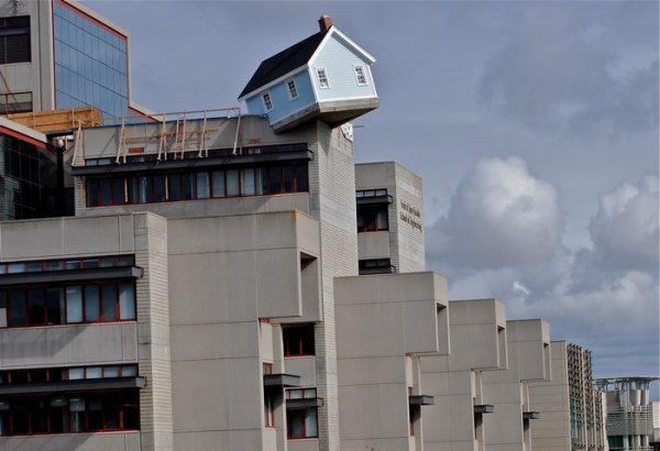 Fallen Star – дом, который приземлился на крыше (6 фото)