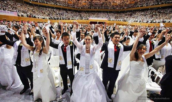 На стадионе в Южной Корее поженились 5200 пар (7 фото)