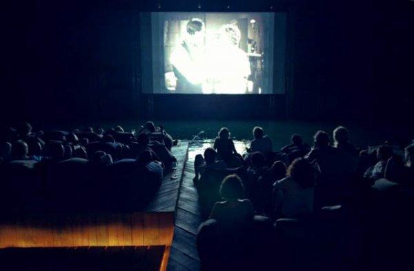Кинотеатр посреди океана (6 фото)