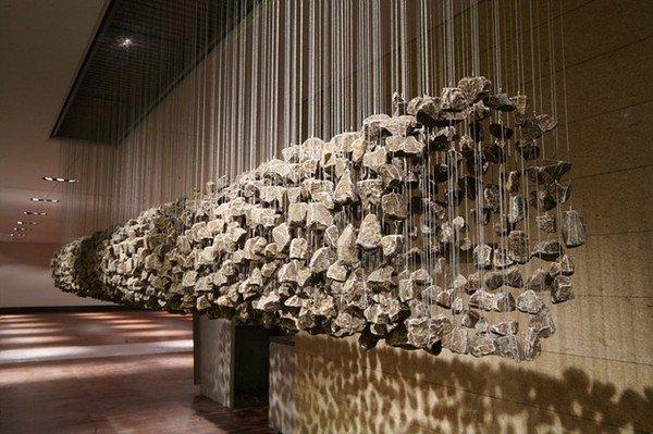 Скульптуры-инсталляции из висящих камней