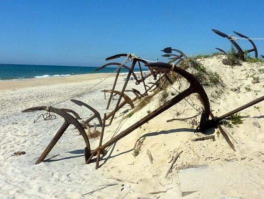 Кладбище якорей на южном побережье Португалии (5 фото)