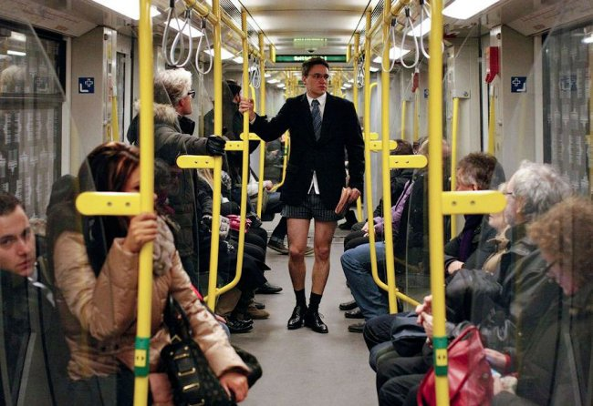Флэшмоб - поездка на метро без штанов. (30 фото)
