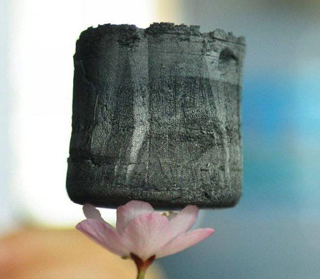 Самый легкий материал в мире (8 фото)