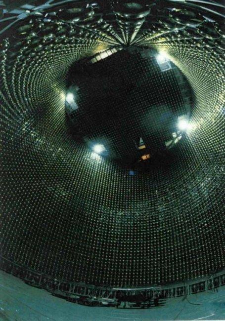 Уникальный детектор нейтринов, расположенный на глубине в 1 километр (22 фото)