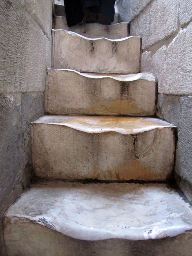 Взгляд изнутри: протоптанные ступени в Пизанской башне (2 фото)