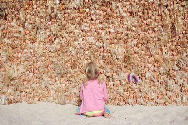 Жуткая волна из кукол (4 фото)