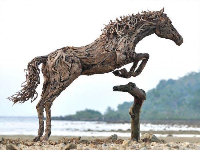 Скачущие лошади из древесины (8 фото)