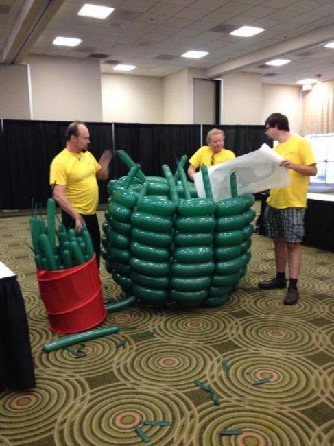 Годзилла из 2.500 воздушных шариков (13 фото)