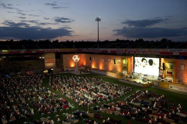 Стадион, переделанный в гигантский кинотеатр (6 фото)