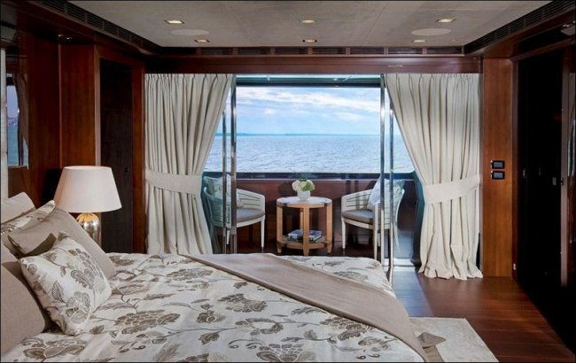 Яхта с гаражом для катера (16 фото)