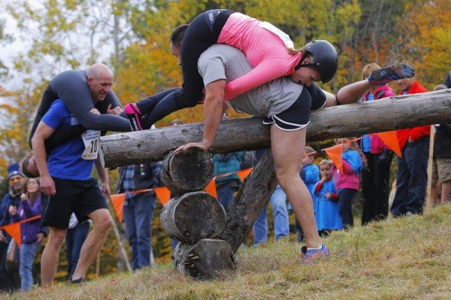 Чемпионат по переноске жен (13 фото)