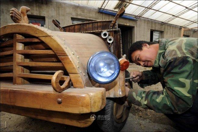 Электромобиль выпилинный из ствола дерева (8 фото)