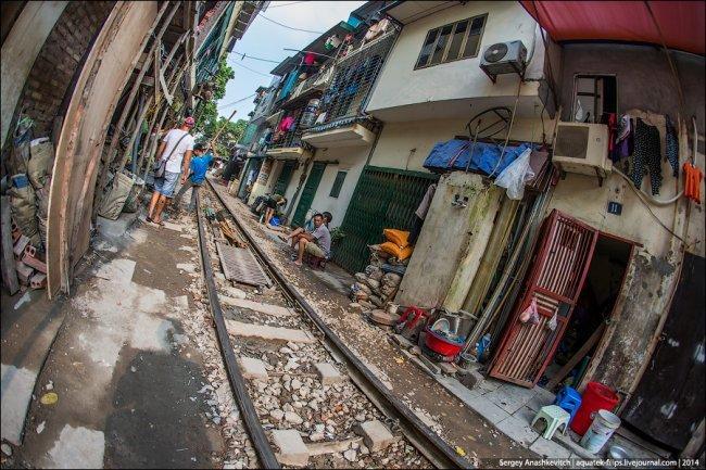 Железная дорога в центре столицы Вьетнама