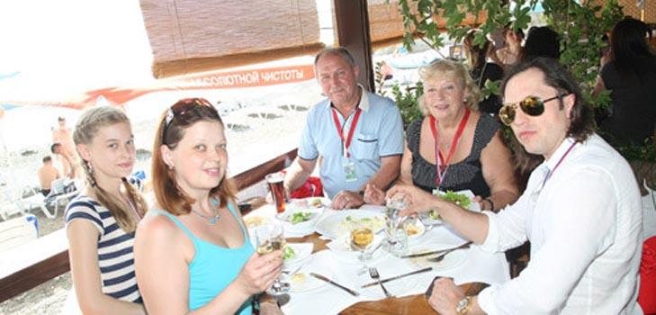 Александр Ревва пообедал со своей семьей в Сочи