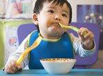 Как научить ребенка есть ложкой и вилкой?