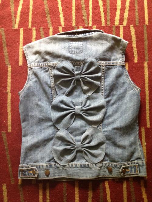 Чем украсить джинсовую жилетку своими руками