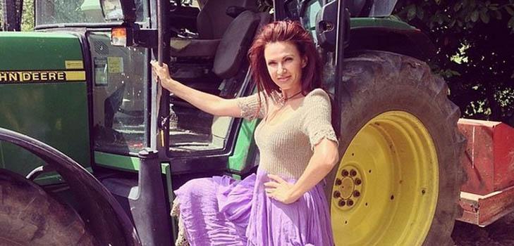 Эвелина Бледанс впервые прокатилась на голландском тракторе