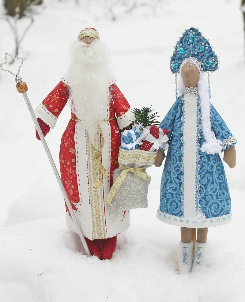 Девушки борются на снегу