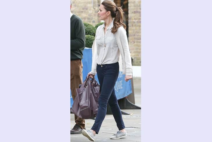 Кейт Миддлтон ходит по магазинам в кроссовках