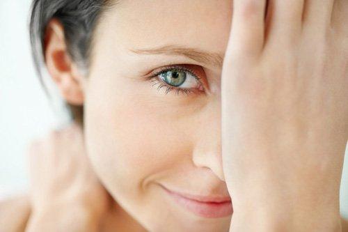 Крем для кожи вокруг глаз – средство, которое необходимо при любом уходе