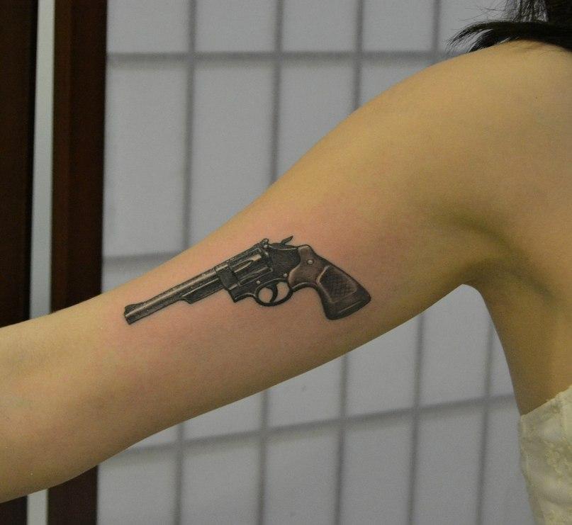 Тату револьвера на руке фото