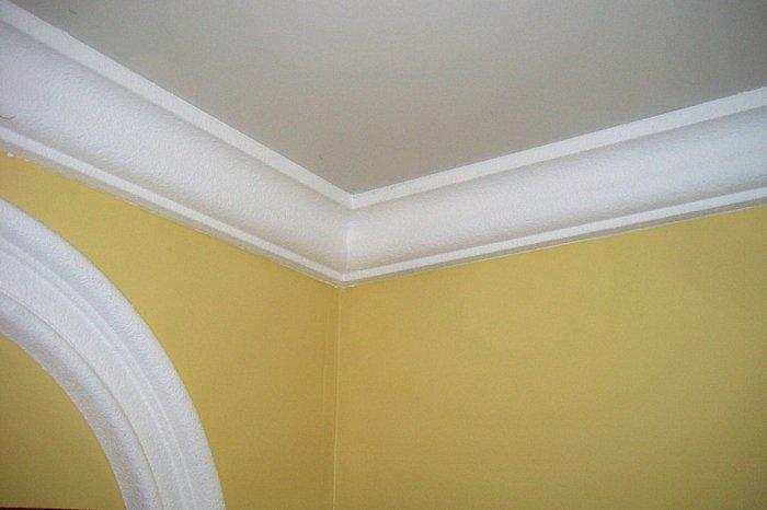 Какие плинтуса для натяжных потолков фото