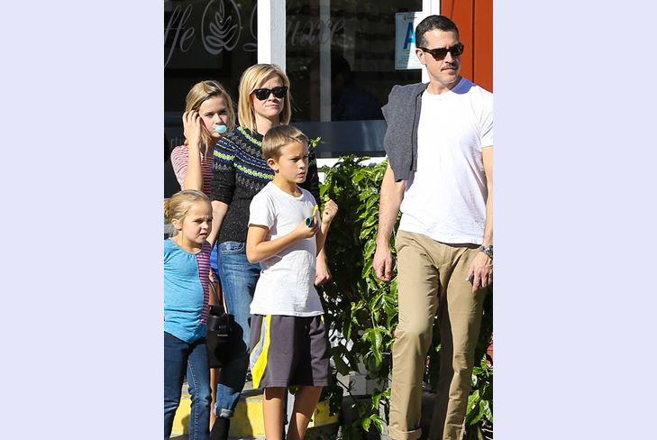 Вся семья Риз Уизерспун в сборе и готова отправиться за покупками ко Дню Благодарения