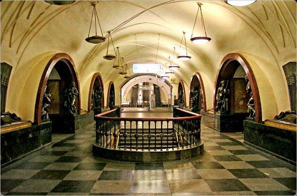 http://teaps.s3.amazonaws.com/images/stanciya_ploshad_revolyucii_-_metro-_raspolozhennoe_v_centre_moskvi.jpg