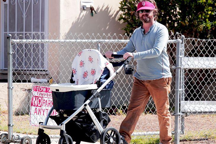 Зак Галифианакис гуляет со своим ребенком