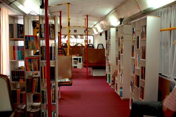 Библиотека в старом троллейбусе (4 фото)