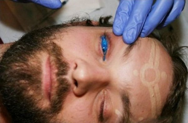 Зрелище не для слабонервных (татуировка на глазах) (5 фото)