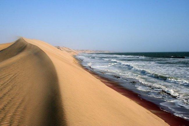 Там где пустыня встречается с водой (10 фото)