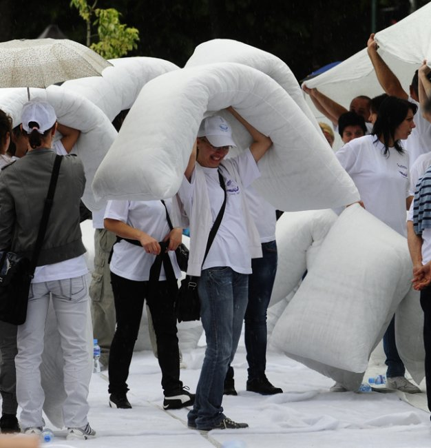Самая большая подушка в мире (7 фото)