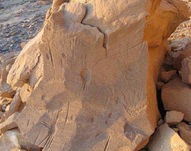 Древняя плита с неизвестными изображениями обнаружена в Египте