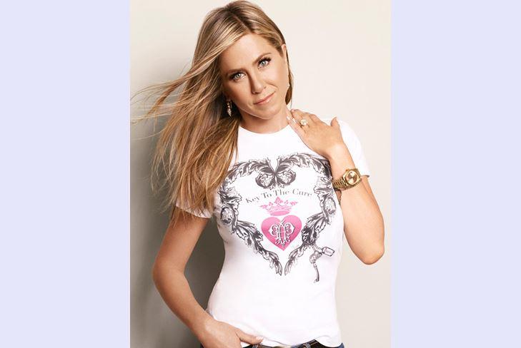 В продаже появится новая футболка от Дженнифер Энистон